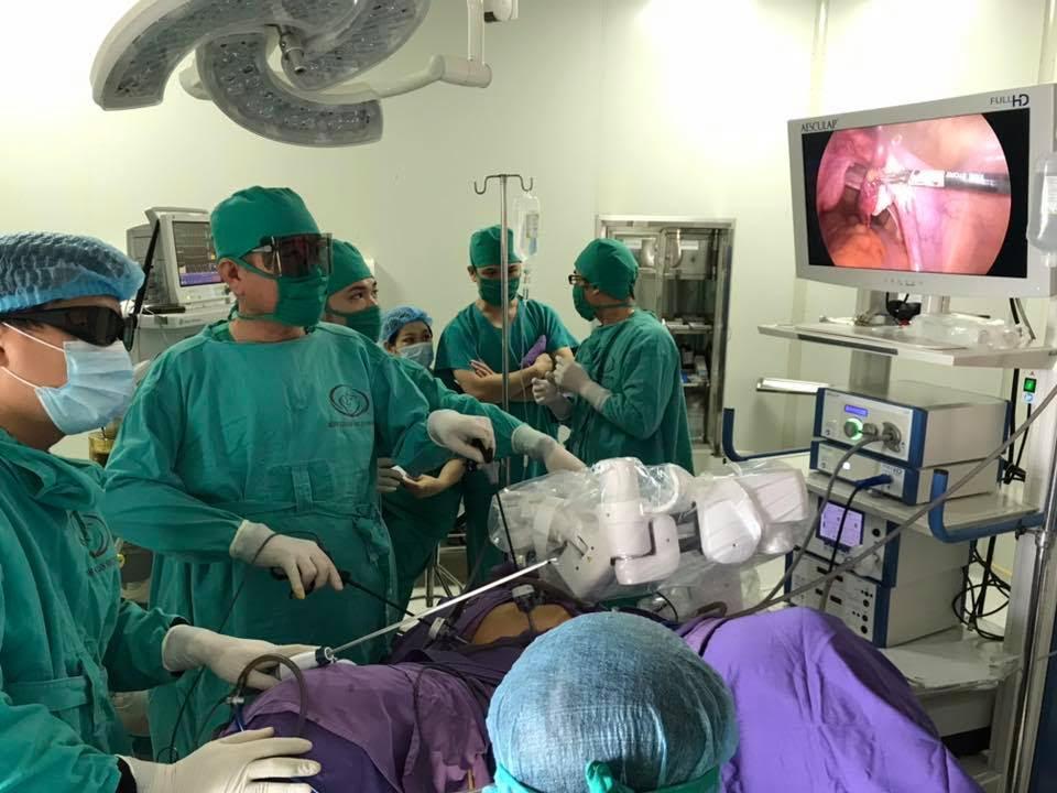 Bệnh viện tỉnh lần đầu ứng dụng robot nội soi bệnh lý sản khoa Ảnh 1