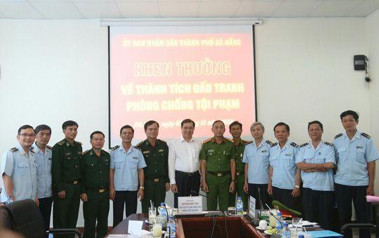 Chủ tịch Đà Nẵng khen thưởng vụ bắt giữ hơn 10 tấn ngà voi nhập lậu Ảnh 1