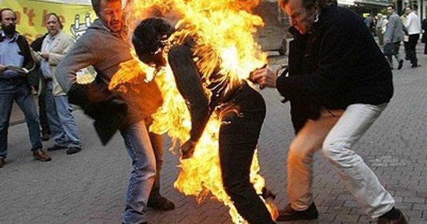 Về đón con sau khi tòa xử ly hôn, vợ bị chồng đổ xăng đốt ảnh 1