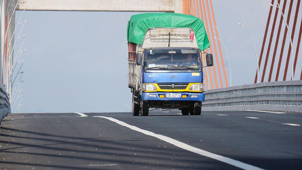 Đổ 200 mét khối bê tông 'bù vênh' mặt cầu Cầu Bạch Đằng trên 7.000 tỉ Ảnh 1