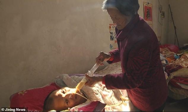 Mẹ già chăm sóc con trai hôn mê ròng rã 12 năm và điều nhiệm màu đã xảy đến Ảnh 2