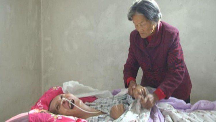 Mẹ già chăm sóc con trai hôn mê ròng rã 12 năm và điều nhiệm màu đã xảy đến Ảnh 1