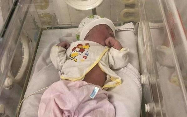 Bé gái sơ sinh chưa đầy 1 ngày tuổi bị bỏ lại ghế đá bệnh viện Ảnh 1