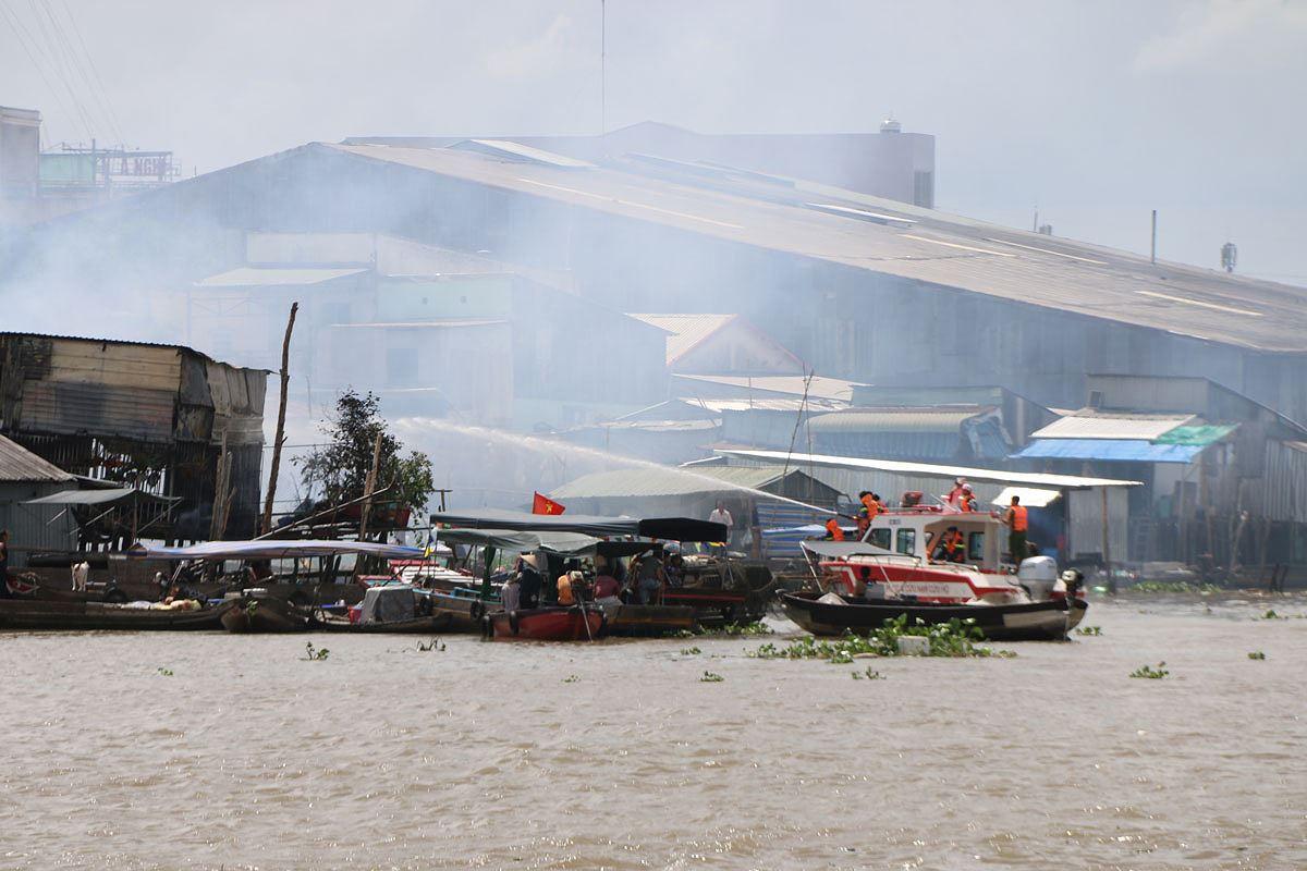 Cháy lớn cao trăm mét cạnh chợ nổi Cái Răng, thiêu rụi 4 căn nhà Ảnh 5