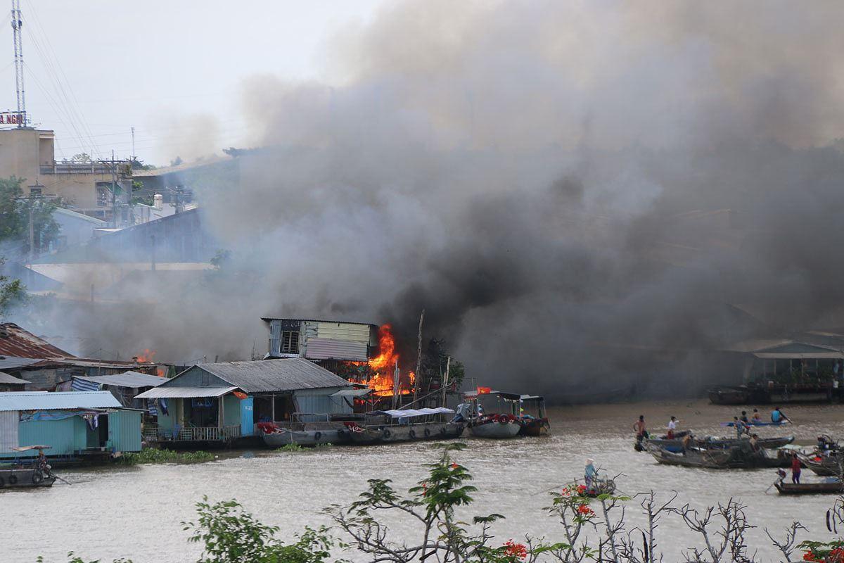 Cháy lớn cao trăm mét cạnh chợ nổi Cái Răng, thiêu rụi 4 căn nhà Ảnh 1