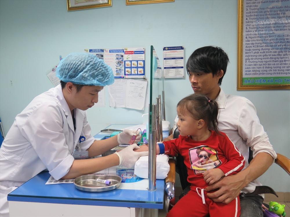 Trao tài trợ 30 triệu đồng cho người mẹ mang gen bệnh tan máu bẩm sinh Ảnh 2