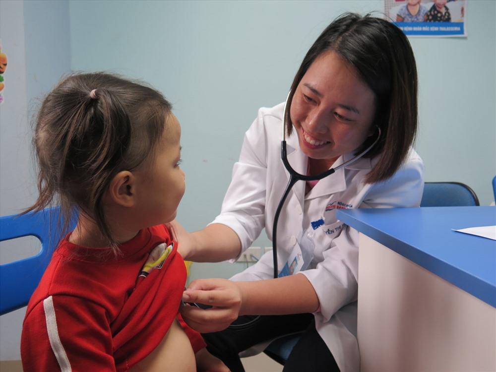 Trao tài trợ 30 triệu đồng cho người mẹ mang gen bệnh tan máu bẩm sinh Ảnh 5