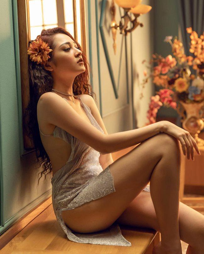 Hương Tràm cũng phải chào thua nữ ca sĩ này về độ mặc hở táo bạo Ảnh 18
