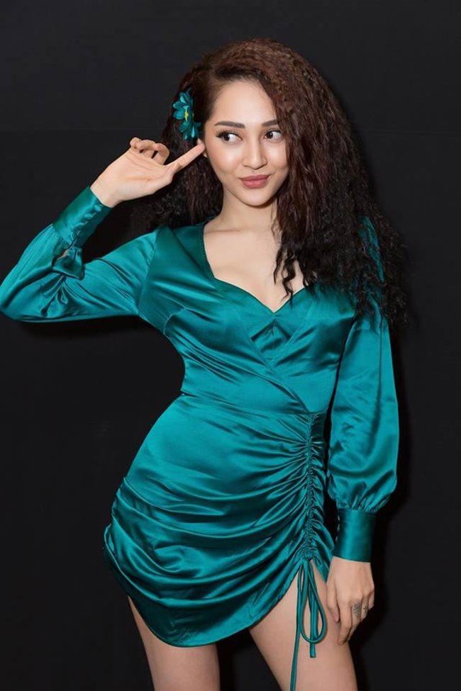 Hương Tràm cũng phải chào thua nữ ca sĩ này về độ mặc hở táo bạo Ảnh 11