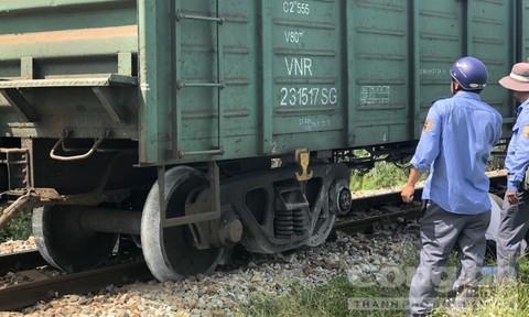 Quảng Ngãi: Đang lưu thông, tàu hỏa bất ngờ trật bánh khỏi đường ray Ảnh 1