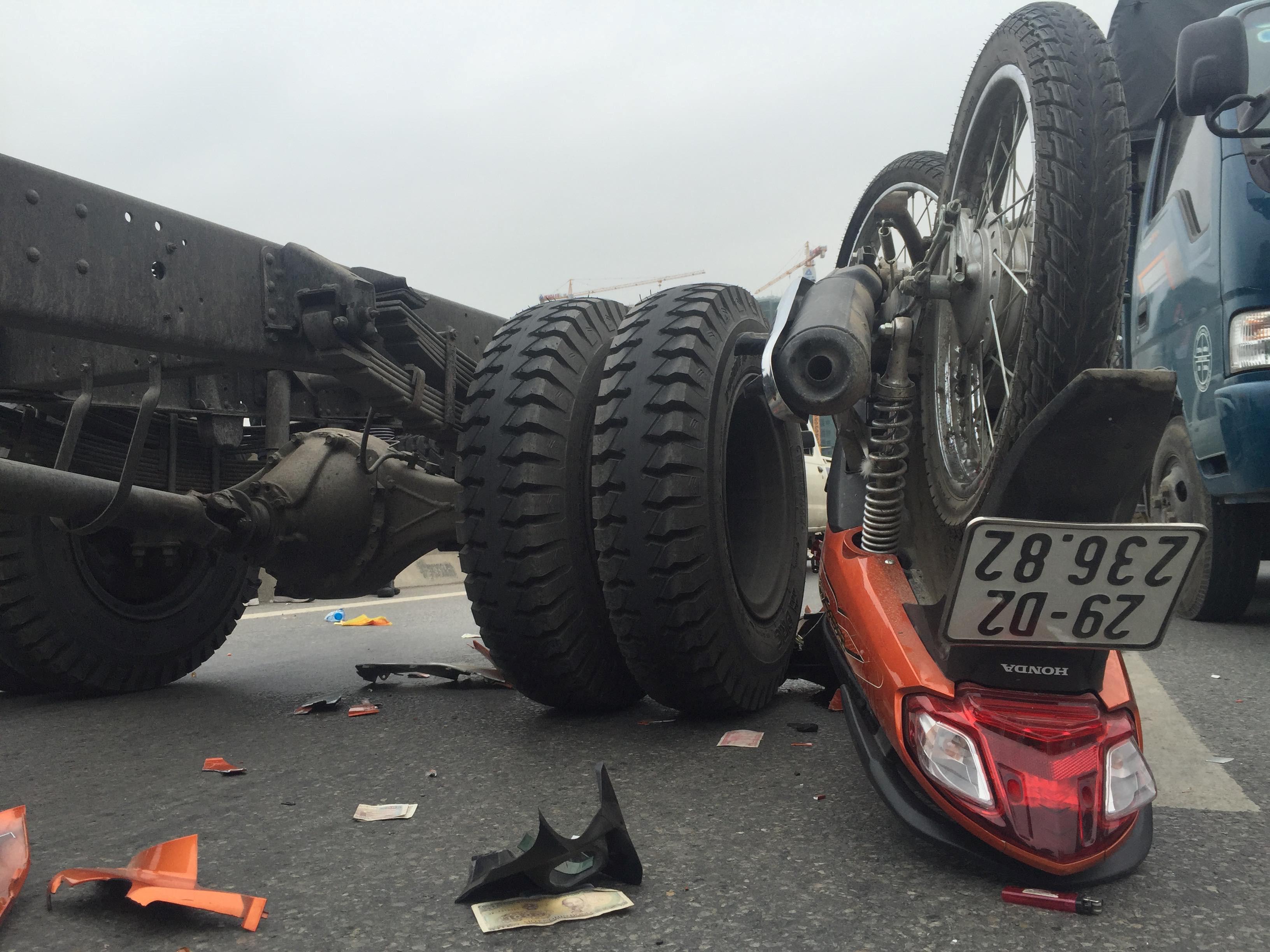 Vượt xe tải khi chạy xe máy trên đường vành đai 3, hai người nguy kịch Ảnh 4