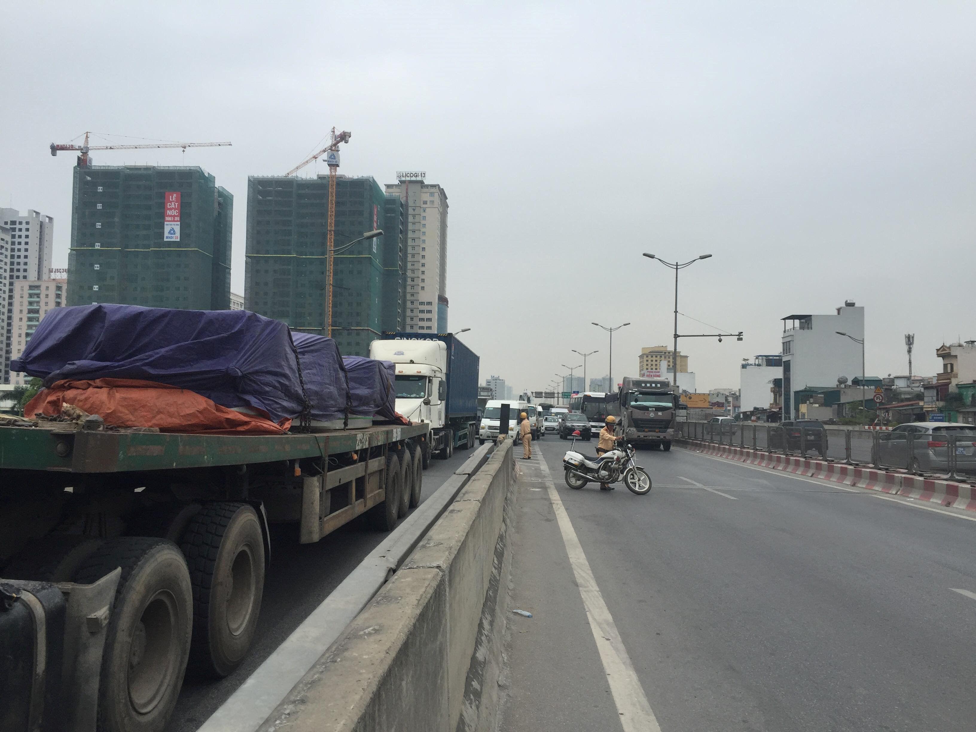 Vượt xe tải khi chạy xe máy trên đường vành đai 3, hai người nguy kịch Ảnh 6