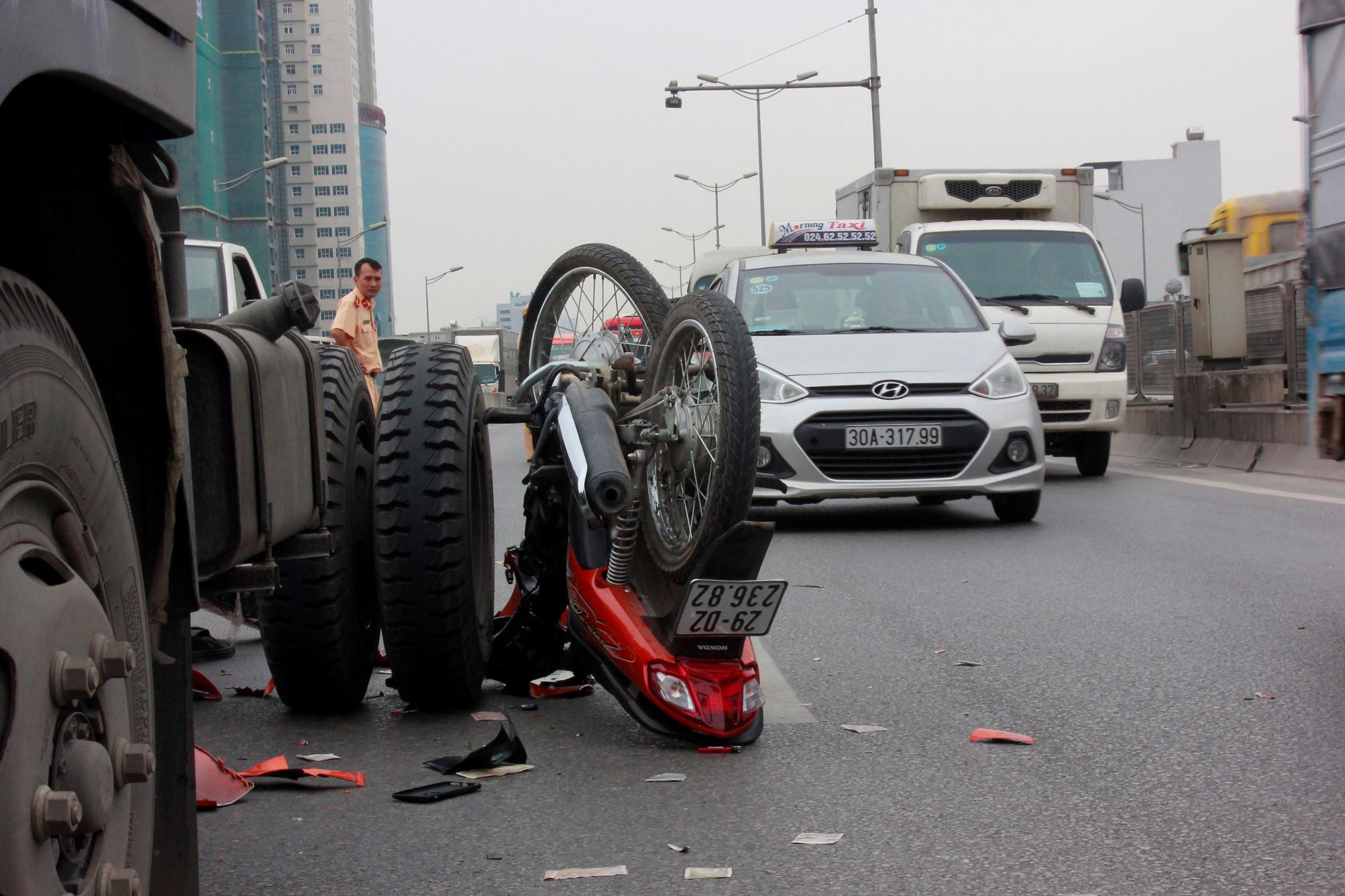 Vượt xe tải khi chạy xe máy trên đường vành đai 3, hai người nguy kịch Ảnh 2