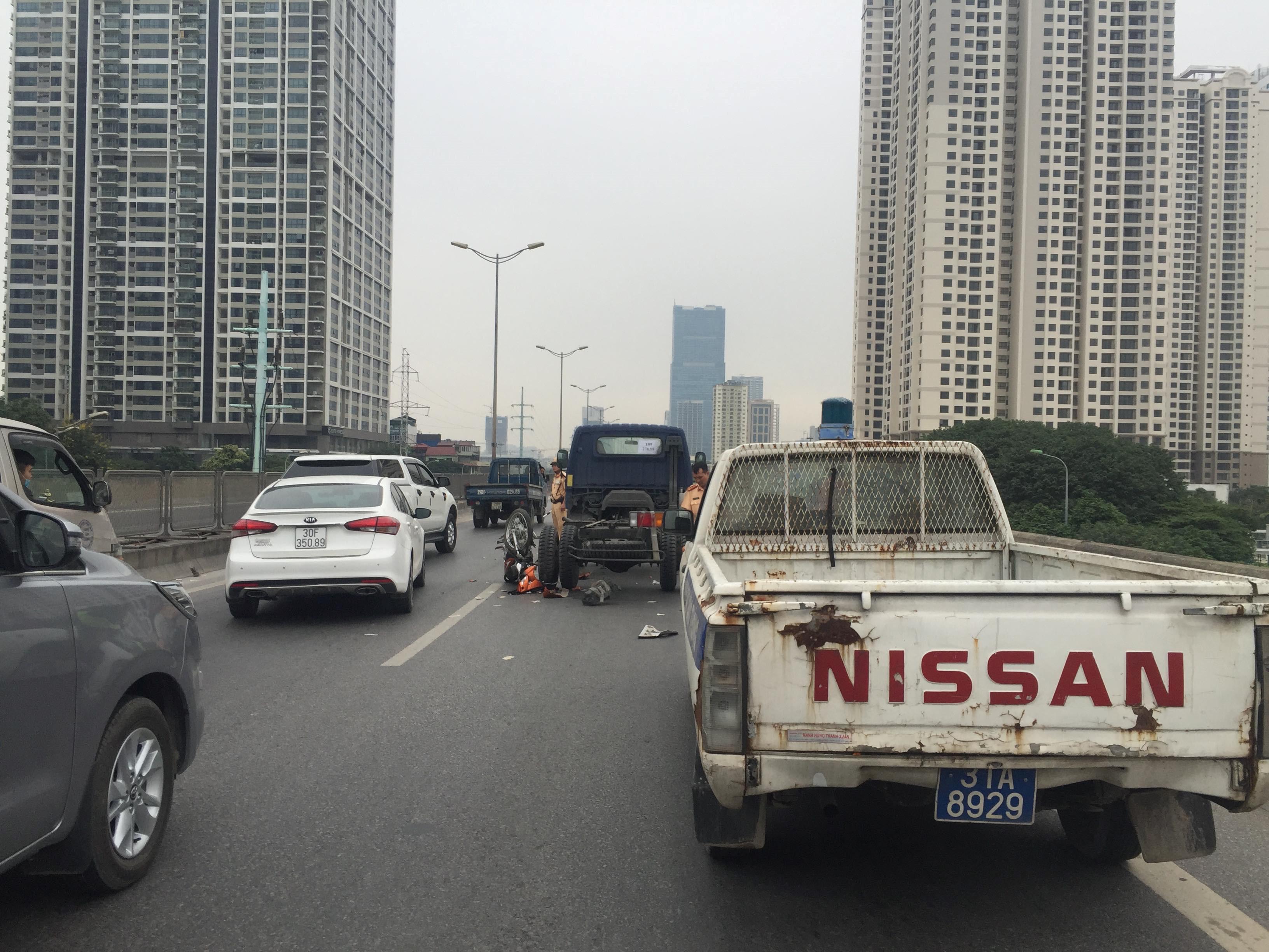 Vượt xe tải khi chạy xe máy trên đường vành đai 3, hai người nguy kịch Ảnh 5