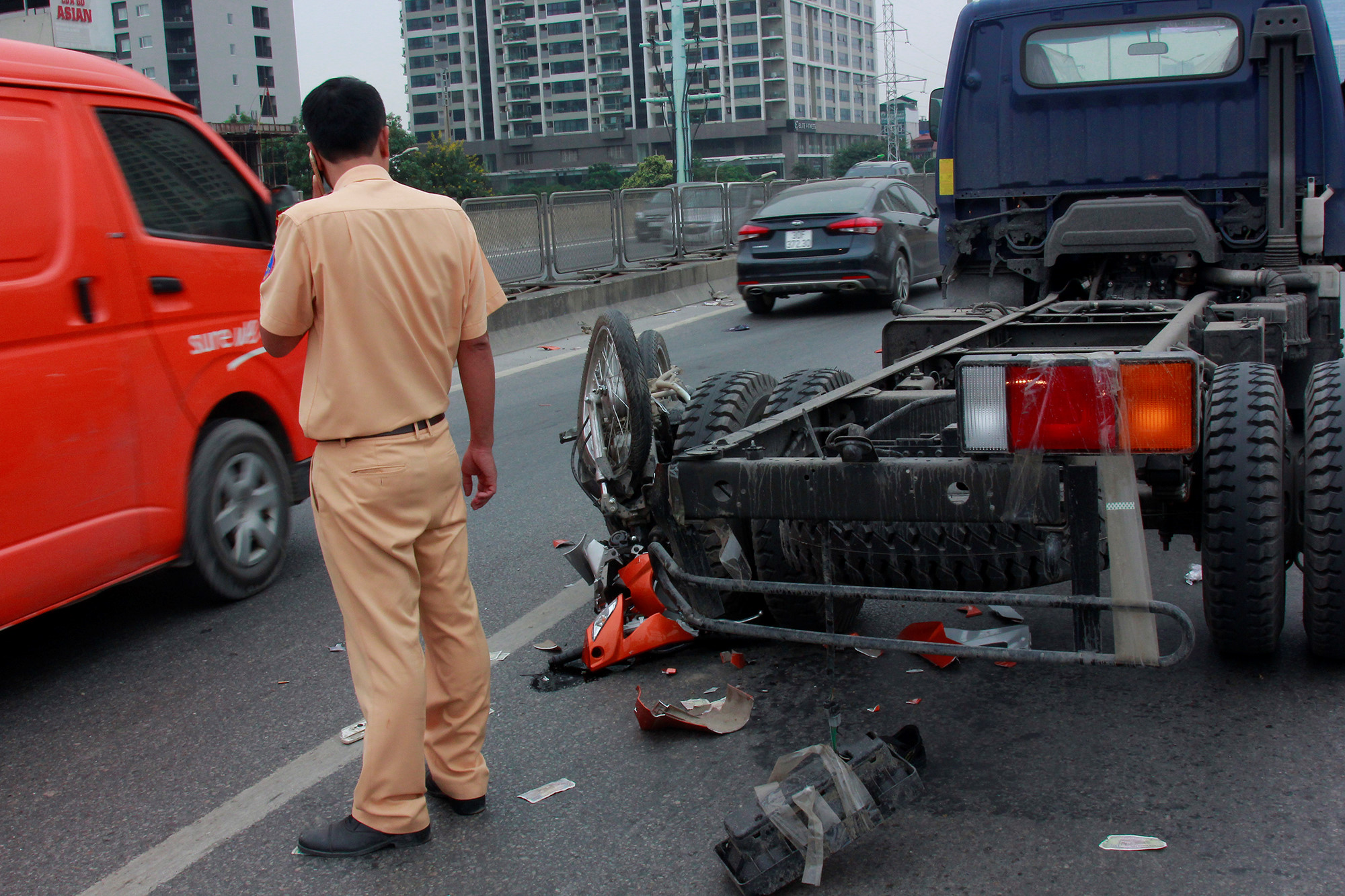Vượt xe tải khi chạy xe máy trên đường vành đai 3, hai người nguy kịch Ảnh 3