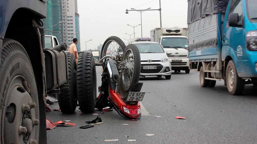 Vượt xe tải khi chạy xe máy trên đường vành đai 3, hai người nguy kịch Ảnh 1
