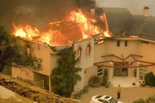 Hàng loạt ngôi sao Hollywood sơ tán khẩn cấp vì cháy rừng Ảnh 3