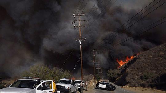 Hàng loạt ngôi sao Hollywood sơ tán khẩn cấp vì cháy rừng Ảnh 1