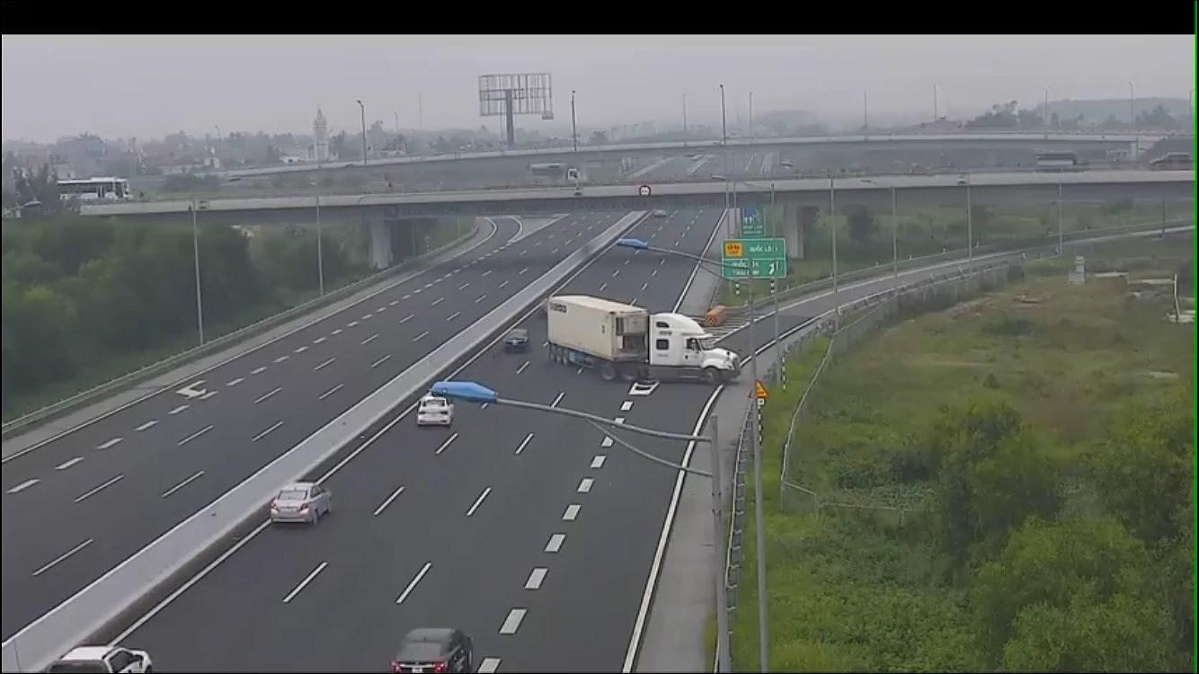 Xe container quay đầu và đi ngược chiều trên cao tốc Hà Nội - Hải Phòng Ảnh 1