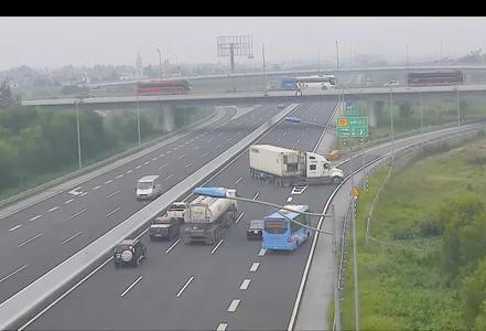 Tài xế container quay ngược chiều trên cao tốc đối diện mức phạt nào? Ảnh 1