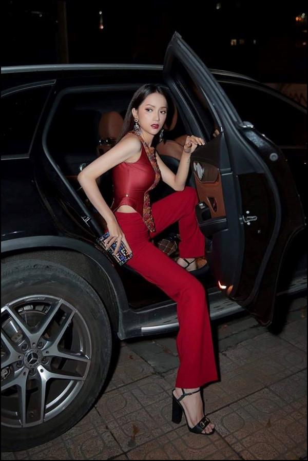 Hoa hậu Hương Giang chỉ cách xuống xe hơi thần thái sang chảnh nhất Ảnh 5