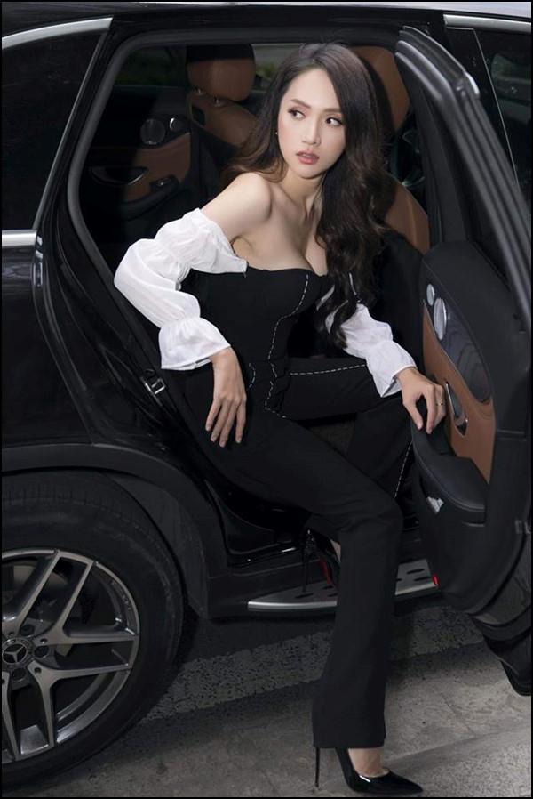 Hoa hậu Hương Giang chỉ cách xuống xe hơi thần thái sang chảnh nhất Ảnh 6
