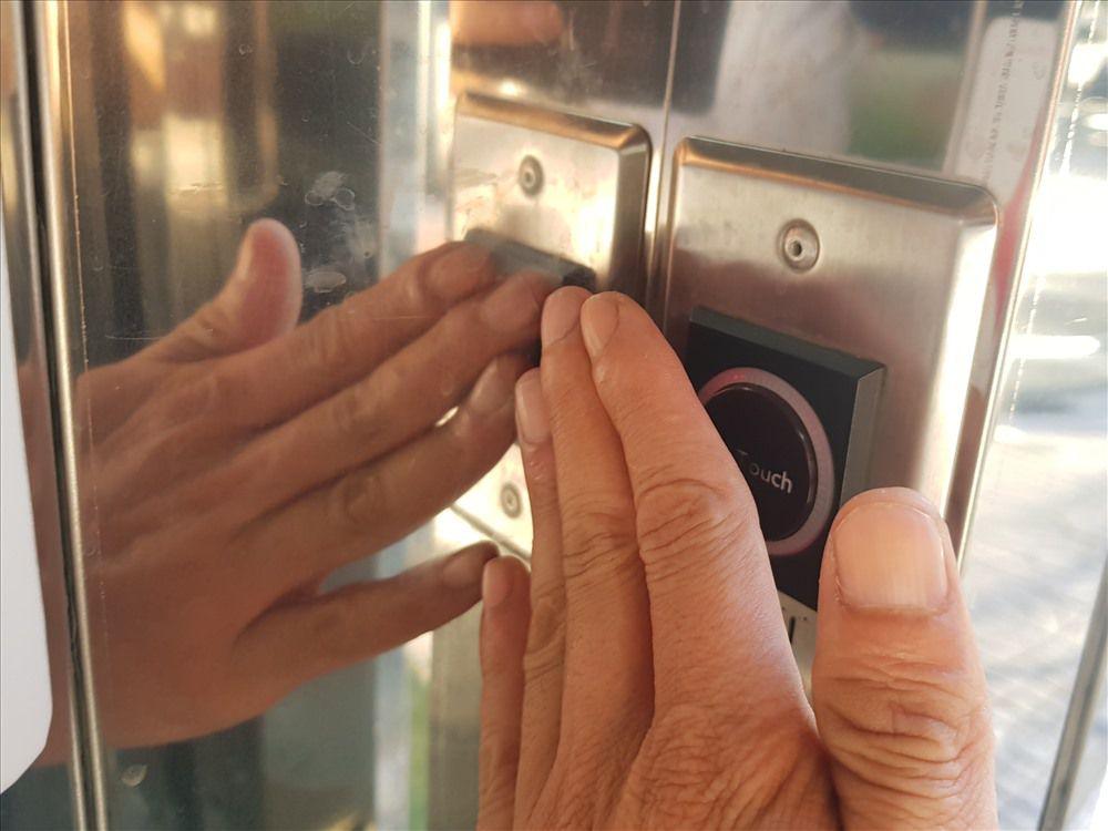 Người dân TPHCM thích thú với mô hình nhà vệ sinh công cộng xã hội hóa: Chạm tay là cửa mở ra, sạch sẽ, hiện đại Ảnh 3
