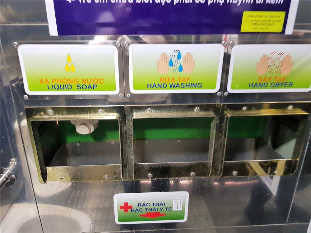 Người dân TPHCM thích thú với mô hình nhà vệ sinh công cộng xã hội hóa: Chạm tay là cửa mở ra, sạch sẽ, hiện đại Ảnh 4