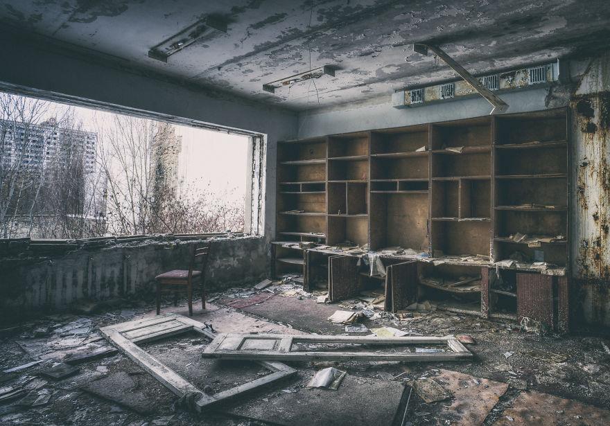 Khung cảnh hoang tàn 30 năm sau thảm họa hạt nhân Chernobyl Ảnh 11