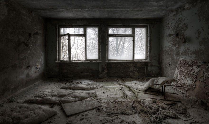 Khung cảnh hoang tàn 30 năm sau thảm họa hạt nhân Chernobyl Ảnh 10