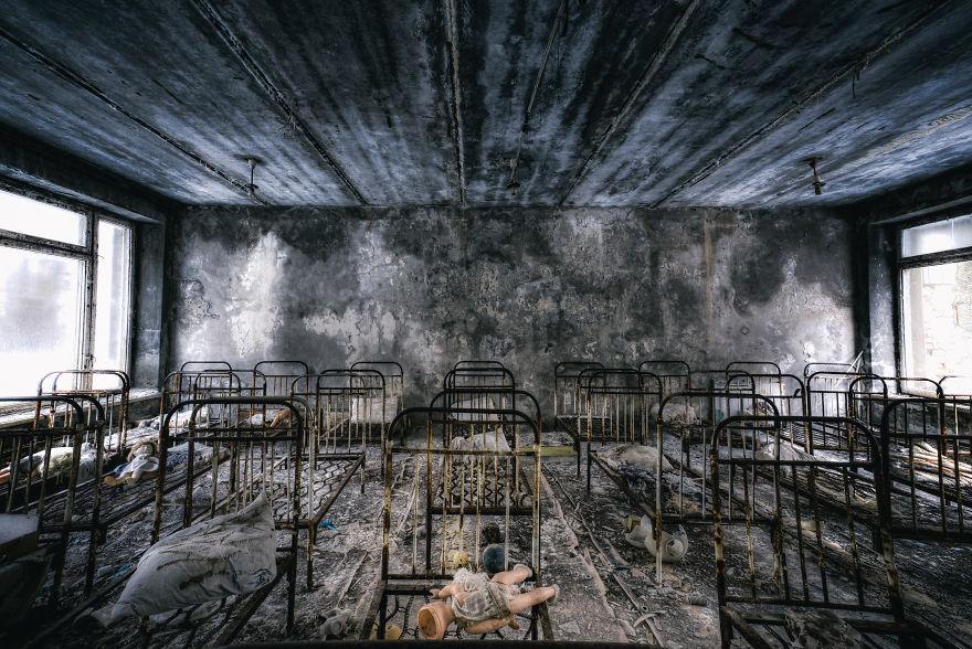 Khung cảnh hoang tàn 30 năm sau thảm họa hạt nhân Chernobyl Ảnh 1