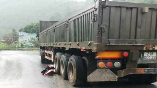 Xe container tông hàng loạt xe máy, 4 người thương vong Ảnh 2