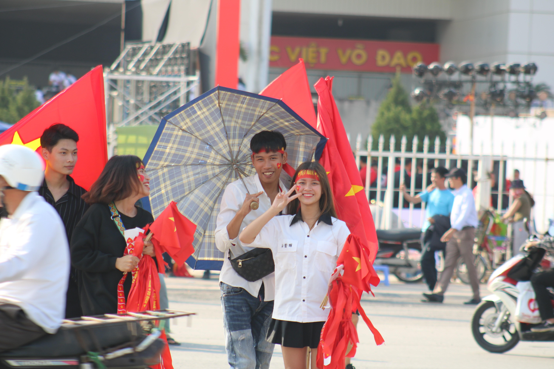 Sân Mỹ Đình: Nhiều hot girl có mặt từ sớm tiếp lửa cho đội tuyển Việt Nam gặp Malaysia Ảnh 6