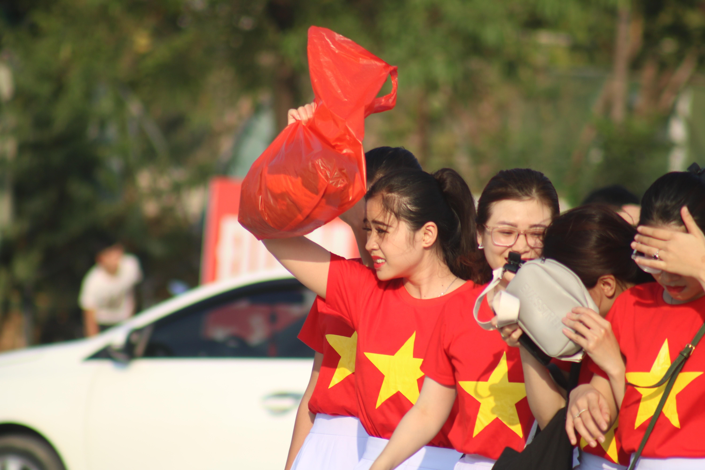 Sân Mỹ Đình: Nhiều hot girl có mặt từ sớm tiếp lửa cho đội tuyển Việt Nam gặp Malaysia Ảnh 2