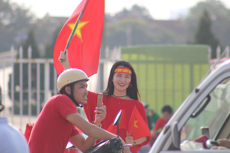 Sân Mỹ Đình: Nhiều hot girl có mặt từ sớm tiếp lửa cho đội tuyển Việt Nam gặp Malaysia Ảnh 1