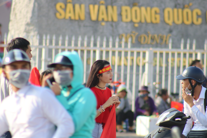Sân Mỹ Đình: Nhiều hot girl có mặt từ sớm tiếp lửa cho đội tuyển Việt Nam gặp Malaysia Ảnh 4