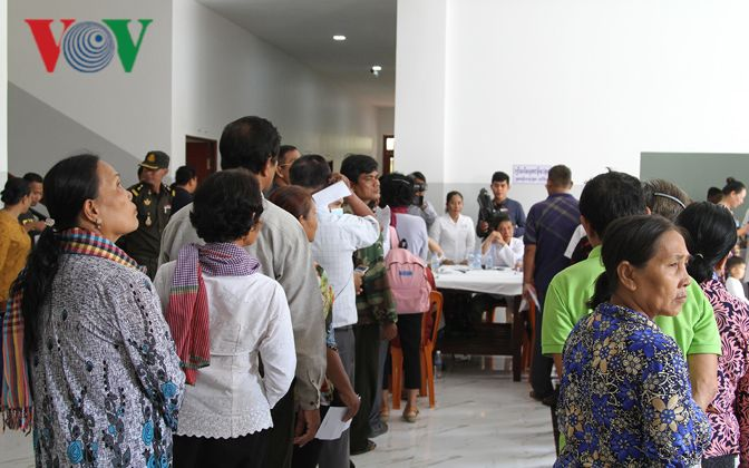 Bác sỹ Việt Nam mổ mắt miễn phí cho bệnh nhân nghèo ở Campuchia Ảnh 2