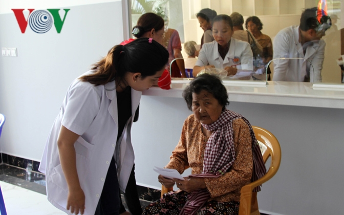 Bác sỹ Việt Nam mổ mắt miễn phí cho bệnh nhân nghèo ở Campuchia Ảnh 5