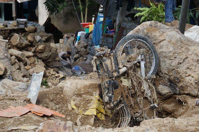 Nước lũ chảy như 'sóng thần' ở Nha Trang: 'Vợ chồng anh tôi đi mãi không về' Ảnh 3