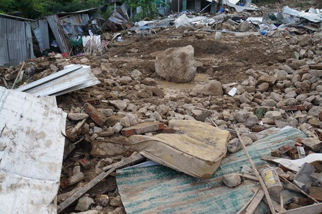 Nước lũ chảy như 'sóng thần' ở Nha Trang: 'Vợ chồng anh tôi đi mãi không về' Ảnh 4