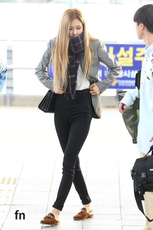Cùng 'đổ bộ' sân bay, BlackPink thần thái đối lập nhau, bạn gái Kim Woo Bin vẫn nổi bật dù kín bưng Ảnh 4