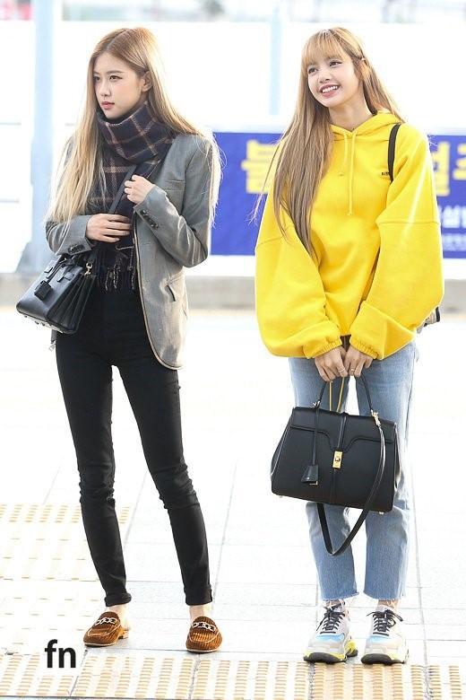 Cùng 'đổ bộ' sân bay, BlackPink thần thái đối lập nhau, bạn gái Kim Woo Bin vẫn nổi bật dù kín bưng Ảnh 6