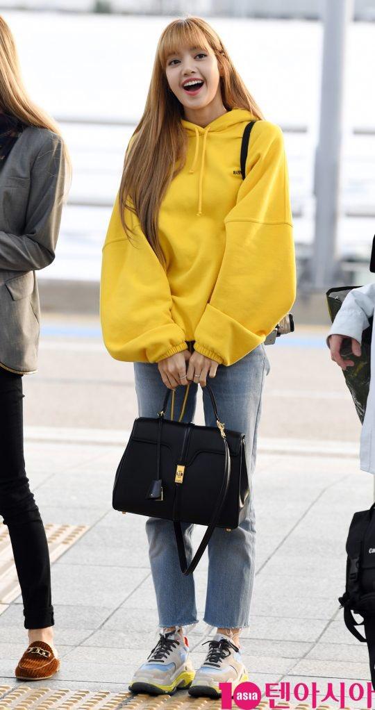 Cùng 'đổ bộ' sân bay, BlackPink thần thái đối lập nhau, bạn gái Kim Woo Bin vẫn nổi bật dù kín bưng Ảnh 5