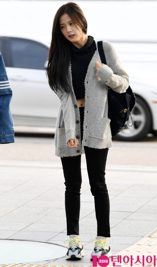 Cùng 'đổ bộ' sân bay, BlackPink thần thái đối lập nhau, bạn gái Kim Woo Bin vẫn nổi bật dù kín bưng Ảnh 3