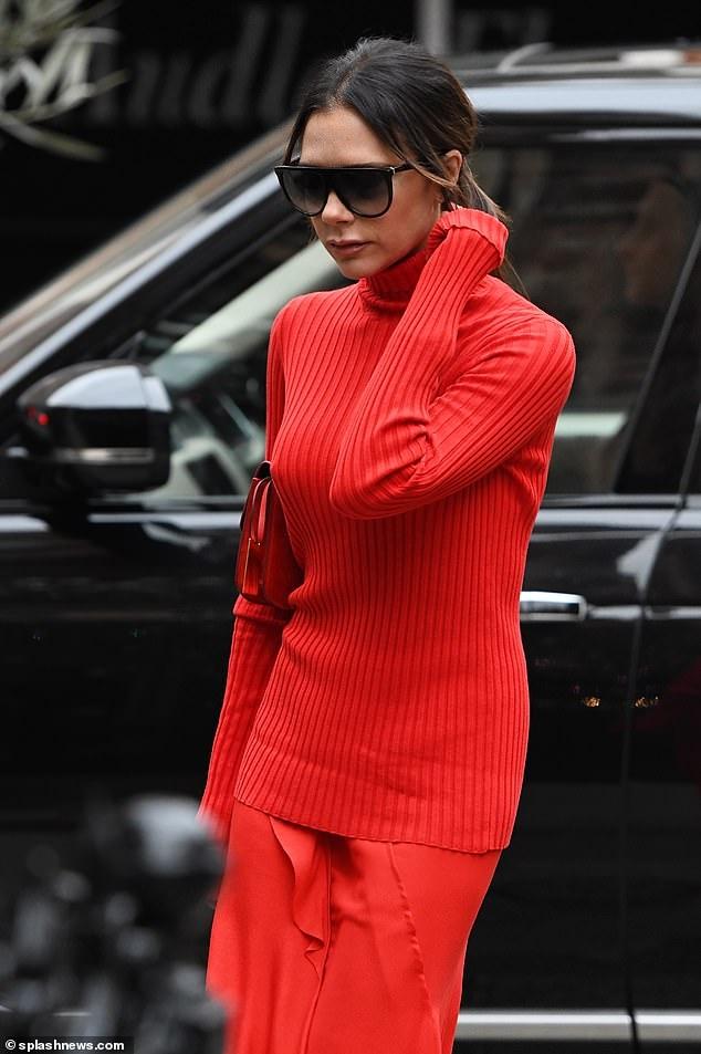 Victoria Beckham dịu dàng xuống phố với set đồ đỏ rực kín đáo Ảnh 6