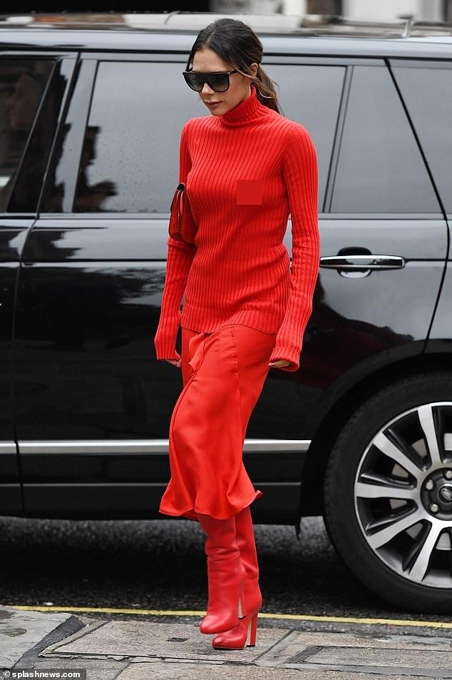 Victoria Beckham dịu dàng xuống phố với set đồ đỏ rực kín đáo Ảnh 1