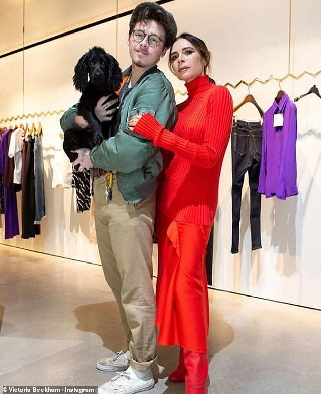 Victoria Beckham dịu dàng xuống phố với set đồ đỏ rực kín đáo Ảnh 8