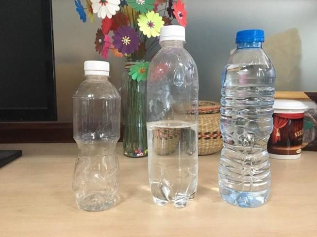 Tại sao không nên tái sử dụng chai nhựa đựng nước Ảnh 1