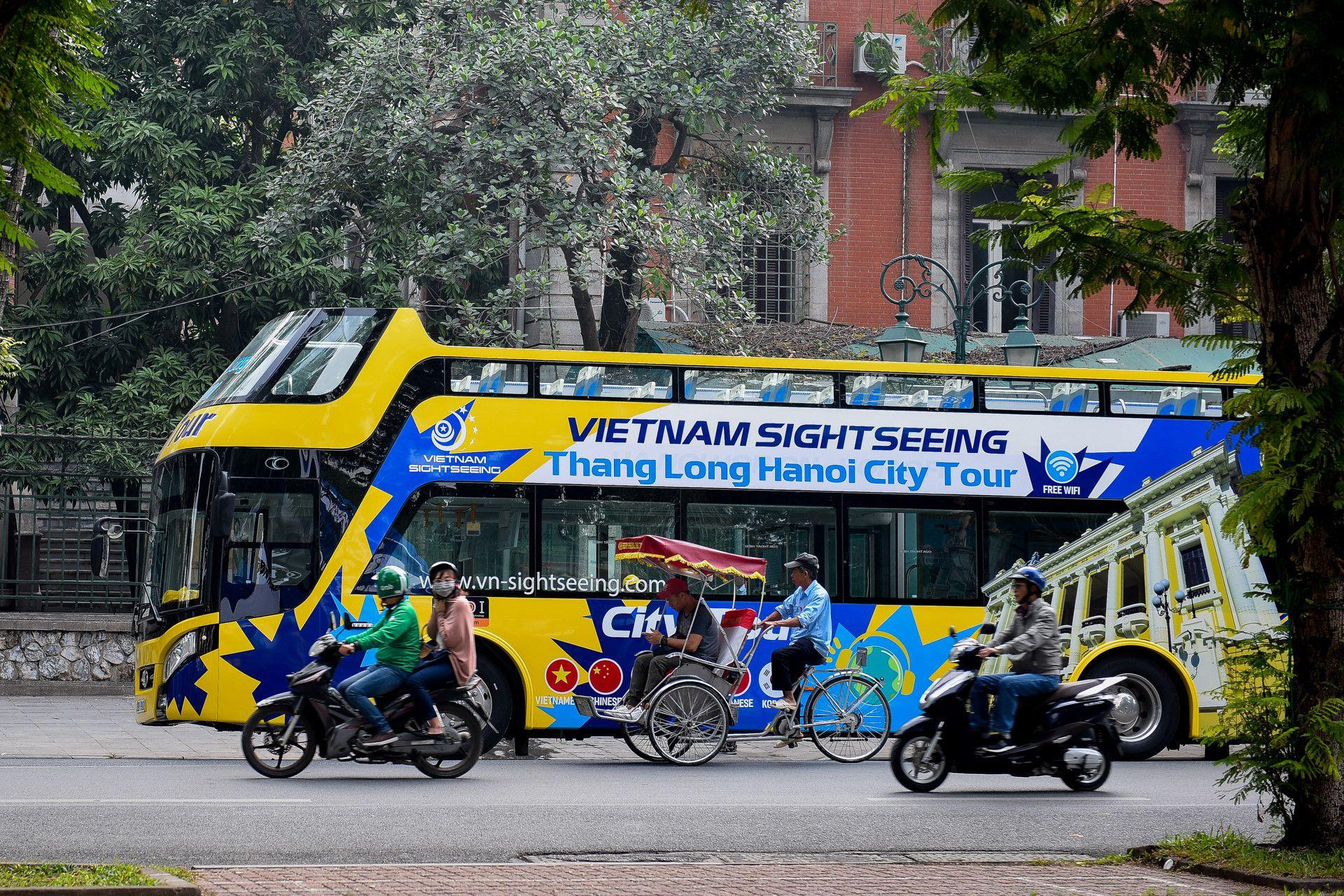 Xe buýt 2 tầng màu mới xuất hiện trên đường Hà Nội Ảnh 1