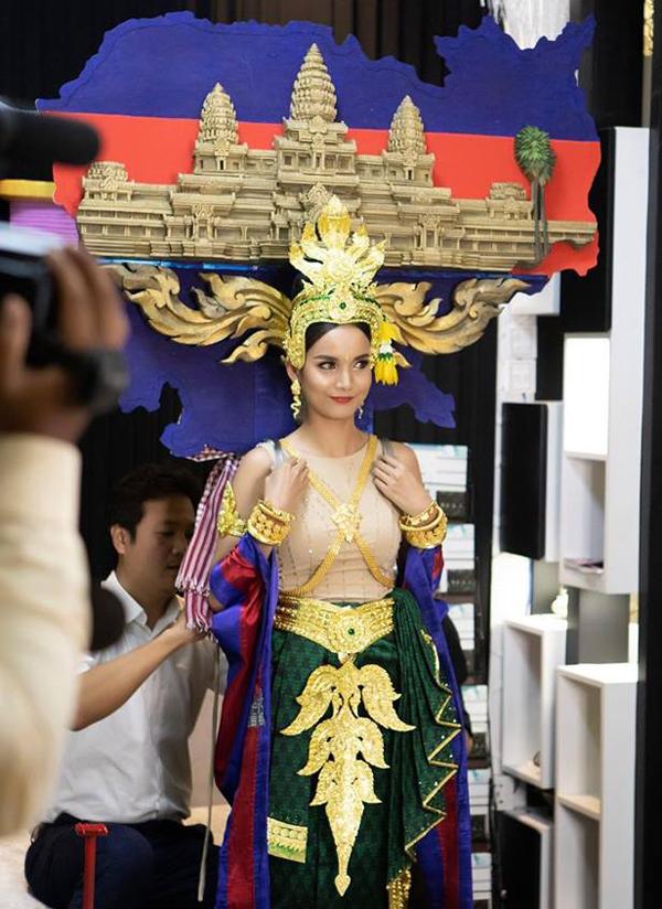 Với trang phục dân tộc có 1-0-2 này, hoa hậu Lào sẽ di chuyển, đứng ngồi ra sao Ảnh 5